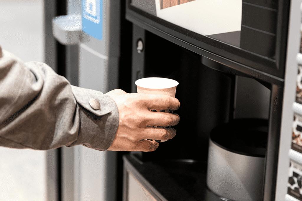 Touch screen beverage dispensing machine